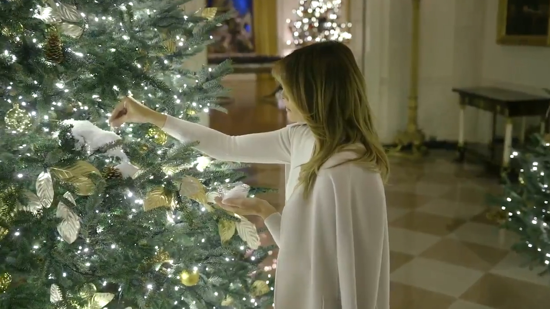 Melania Trump Lightens Up White House Christmas Decor After Red Tree Controversy National Globalnews Ca